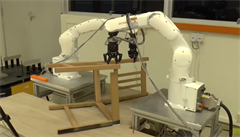 Robot singapurských vědců dokázal složit židli od IKEA za dvacet minut