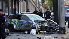 V centru Prahy se srazil policejní vůz jedoucí na tísňové volání s autem. Policejní auto na chodníku začalo hořet