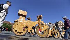 Socha nebo kolo? Český street-artový umělec navštíví s dřevěnými socho-bicykly slavné závody