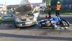 Další vážná nehoda motorkáře. Při předjíždění kolony se srazil s protijedoucím autem
