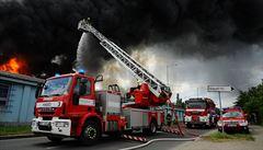 Hasiči dostali požár v Hostivaři pod kontrolu, doprava v okolí přesto kolabuje