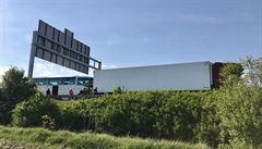 Dálnici D5 uzavřela srážka autobusu s dvěma vozy. V autobuse byl zaklíněn spolujezdec