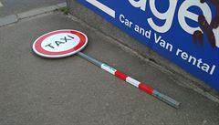 Krnáčová zakázala taxikářům vjezd k hlavnímu nádraží. Nové značky vytrhal naštvaný youtuber