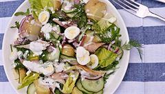 Salát s uzenou makrelou a jogurtovou zálivkou s koprem. Osvěží a zasytí