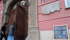 V Brně uvedli kontroverzní hru Prokletí, odpůrci se snažili dostat do zamčeného sálu