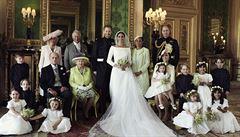 Královská rodina v plné parádě. Buckinghamský palác zveřejnil oficiální svatební fotografie