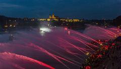Nevídaná podívaná. Hasiči oslavili vznik Československa fontánou z pražských náplavek