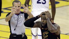VIDEO: Je to faul nebo ne? Cleveland ve finále nejprve slavil, pak se vztekal