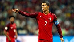 Je to Ronaldo, buď opatrný, nedávej mu červenou, zlobí se na sudího íránský kouč