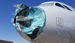 Bouřka s blesky a kroupami. Let AA1897 přistál se zničeným nosem, popraskaným sklem a plnými pytlíky na zvracení