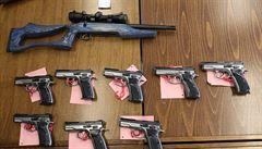 Senát schválil návrh na ústavní zakotvení práva bránit se zbraní, podle kritiků je novela nadbytečná