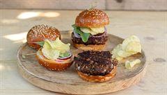 Grilovací sezona v plném proudu. Jak si připravit šťavnatý burger?