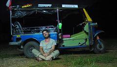 O putování po širém světě v tuktuku, pěšky nebo na kole