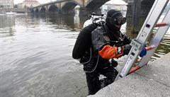 Z Vltavy v Podbabě vylovili mrtvého bezdomovce, po muži spadlém do kanalizace policie stále pátrá