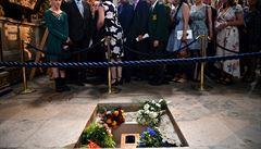 Popel zesnulého Hawkinga byl uložen ve Westminsteru, jeho poselství zamíří k černé díře