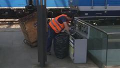 Uklízeč na Hlavním nádraží smíchal papír, plast i sklo. Mohou za to cestující, zní vysvětlení