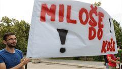 Zeman svého odpůrce označil za devianta. Držel transparent 'Miloše do koše'