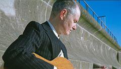 Klidně si představte loveckého psa lidských emocí, vybízí hudebník John Parish