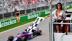 Modelka si vzala prapor a odmávala VC Kanady o kolo dřív. 'Byl jsem zmatený,' říká vítěz Vettel