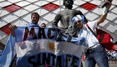 Smrt na MS. Argentinským fanouškům spadl v Moskvě na hlavu nahý muž, po pádu zemřel