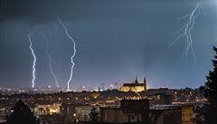 Česko odpoledne zasáhnou silné bouře, meteorologové varují před nárazovým větrem