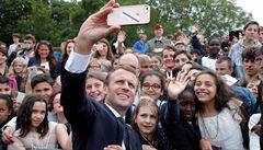 Macron si během oslav došlápnul na mladíka: Oslovuj mě pane prezidente, anebo pane