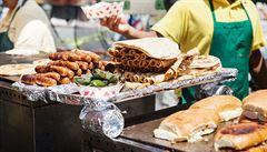 Jídlo na tržišti nebývá pro nás. Ze špatně zpracovaného sýra hrozí i encefalitida
