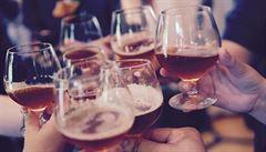 Lidé, kteří si občas dopřejí skleničku, mohou přežít abstinenty, uvádí studie