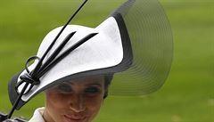 Královské dostihy. Jak se vám líbí klobouky, které nasadila anglická smetánka?