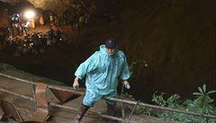 Fotbalový tým uvízl v zatopené jeskyni, voda stoupá. Záchranáři se chtějí provrtat skálou