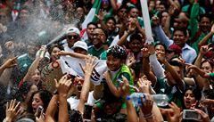 VIDEO: Vděk za postup. Mexičtí fanoušci nosili korejského velvyslance na ramenou