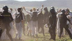 Aktivisté vnikli do lomu Bílina a připoutali se k rypadlu. Policie zadržela 234 lidí
