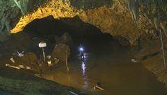 Naše velká čerpadla nemohou být k záchraně dětí z jeskyně použita, říká v rozhovoru z Thajska český hasič