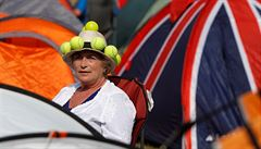 FOTO: Víno, klobouky, klouzající tráva na míru. Také to je legendární Wimbledon