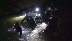 Osm už je venku. V jeskyni zůstává čtveřice chlapců a trenér, operace bude pokračovat v úterý
