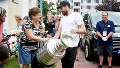 FOTO: Každý si chtěl sáhnout a udělat selfie. Stanley Cup přijel do Hodonína v kabrioletu