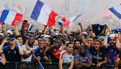Francie oslavuje nové mistry světa. Pod Eiffelovku se vměstnalo 90 tisíc lidí
