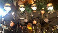 Okamžiky štěstí. Z útrob jeskyně po 18 dnech zachránili celý fotbalový tým