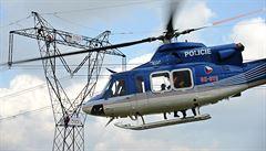 Pachatel na sloupu vysokého napětí, bezvládný technik. V Benicích létal vrtulník se zásahovou jednotkou i hasiči