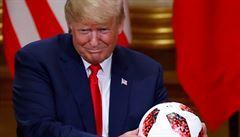 Fotbalový míč, který Putin daroval Trumpovi, prověřují americké tajné služby
