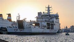 Vzpoura na lodi. Posádka se měla zamknout před migranty v kabině, Itálie zakázala vylodění