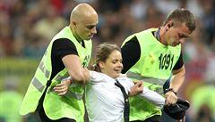 Čtyři lidé vtrhli na hřiště při finále mistrovství světa. K činu se přihlásila skupina Pussy Riot
