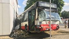 Ve Strašnicích havaroval autobus, narazil do budovy ČSÚ. Zranilo se 5 lidí