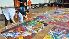 Umění bez předsudků. Malíř spojil síly s umělci s Downovým syndromem