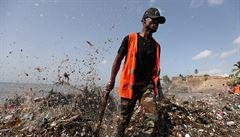 Moře vyplavuje na pláže Dominikánské republiky hory odpadků, uklízí je 500 lidí