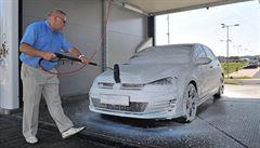 Šetřiví a opatrní Češi si oblíbili ruční myčky aut. Rostou jako houby po dešti