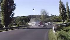Mrazivé video. Nové záběry nehody, při níž v zatáčce předjíždějící řidič smetl ze silnice dva motorkáře