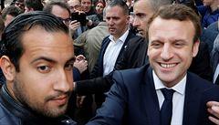 Ve Francii kvůli Macronovu poradci zatkli tři policisty. Poskytli záznamy o jeho násilném chování