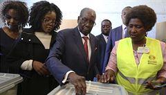 Zimbabwe si po 30 letech volí nového prezidenta. Mějte se rádi, vzkázal Mugabe