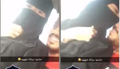'Učím ji řídit'. Saudská Arábie zatkla pár, který se políbil v autě
